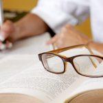 pessoa estudando em livro.